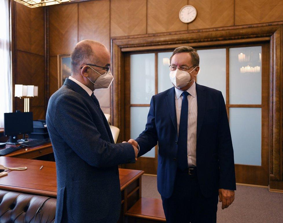 Bývalý ministr zdravotnictví Jan Blatný (vlevo) předává funkci novému šéfovi resortu Petru Arenbergerovi (7. 4. 2021)