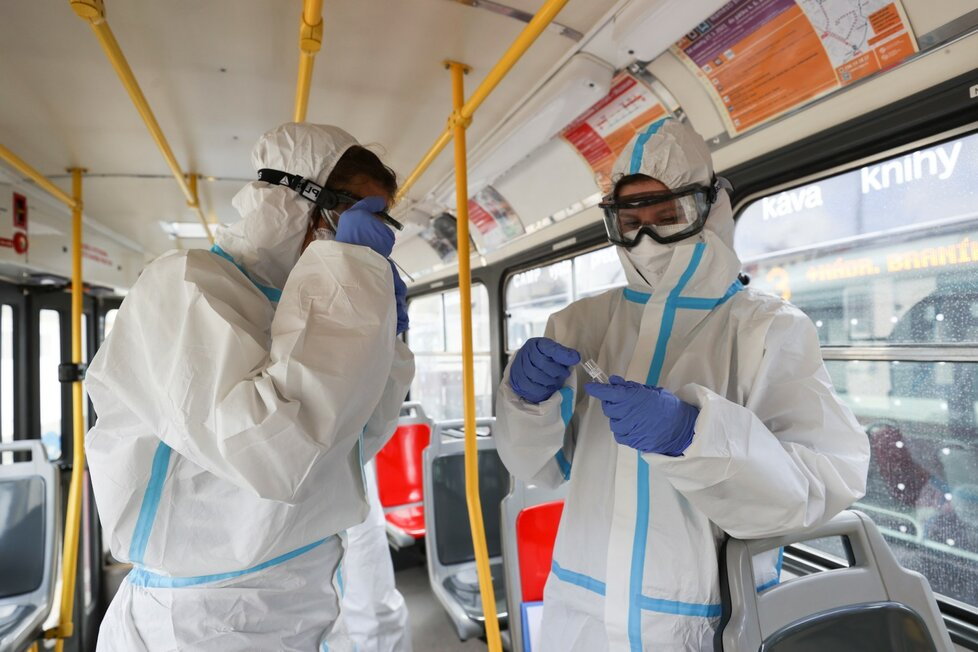 Dopravní podnik spolu s Akademií věd zača odebírat vzorky z MHD, cílem je zjistit, jak moc je ve hromadné dopravě přítomen virus SARS-Cov2
