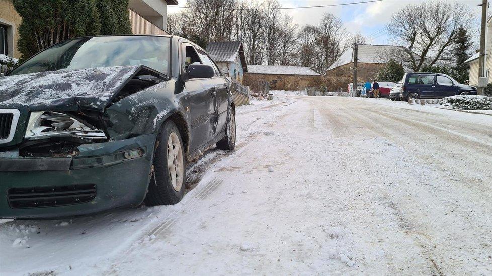 Větrný Jeníkov: Nový sníh a klouzačka na silnici přinesly nové nehody (8.4.2021)