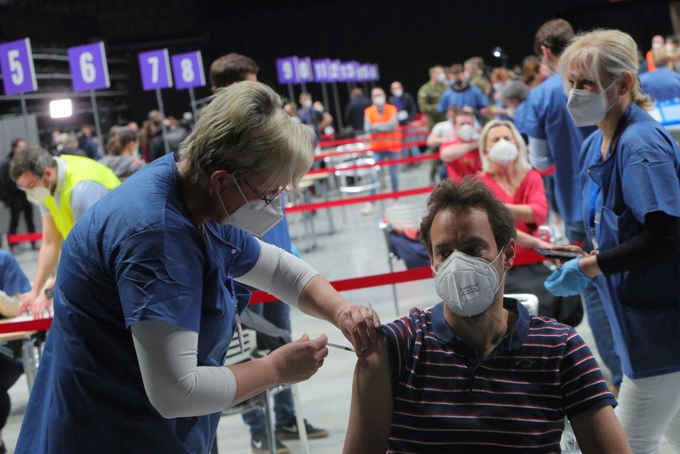 Očkování v očkovacím centru v O2 universum.