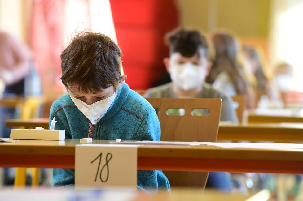 Antigenní testování dětí na koronavirus v olomoucké základní škole Mozartova. Vláda rozhodla, že žáci prvního stupně základních škol se od tohoto dne vrátí do lavic v rotační formě, ve školách je jen polovina žáků (12. 4. 2021).