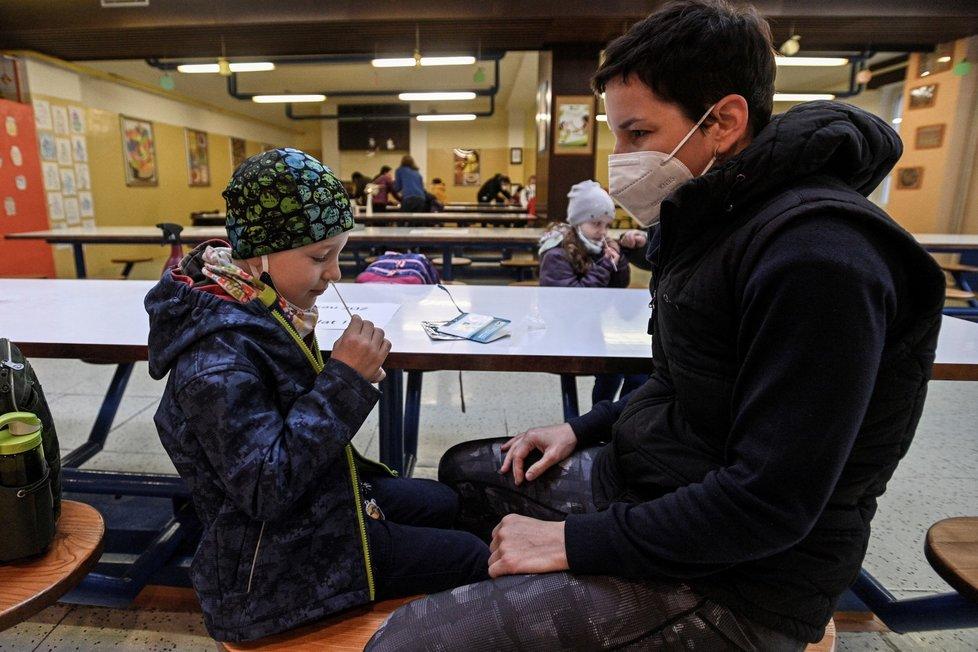 Žáci prvního stupně ZŠ Mezi školami v Praze si v doprovodu rodičů provádějí antigenní test. Žáci se vrátili do lavic, třídy se budou střídat po týdnech. Podmínkou prezenční výuky bude antigenní test žáků i pracovníků škol dvakrát týdně (12. 4. 2021).