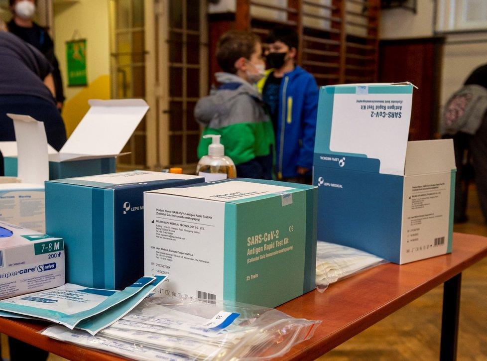 Žáci základní školy Chabařovice na Ústecku se testují v tělocvičně školy na koronavirus. Vpředu jsou připravené sady na testování. Vláda rozhodla, že žáci prvního stupně základních škol se od tohoto dne vrátí do lavic v rotační formě, ve školách je jen polovina žáků (12. 4. 2021).