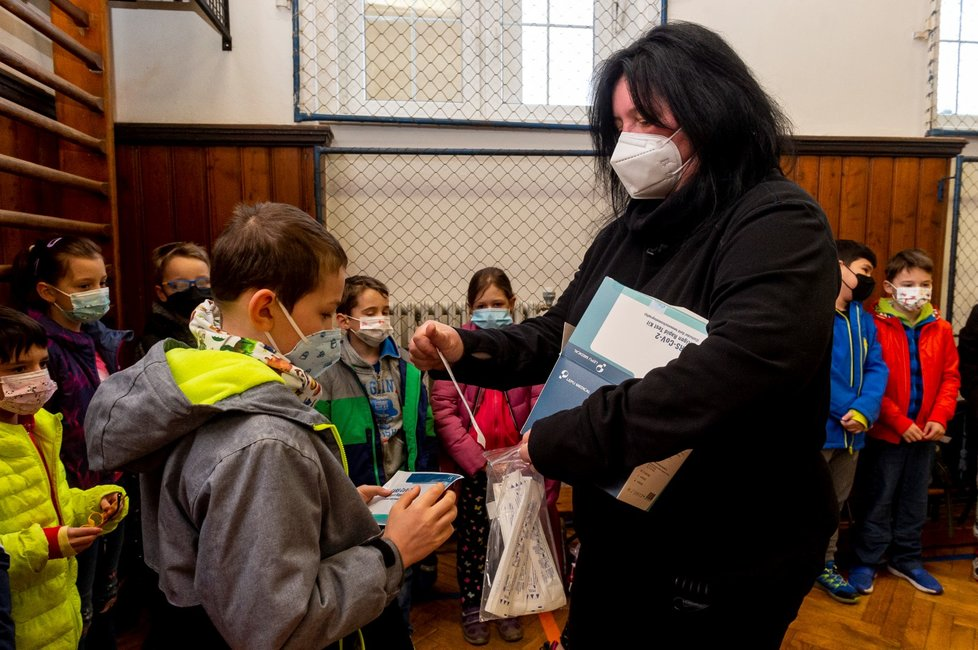 Ředitelka základní školy Chabařovice na Ústecku Dagmar Brožová provádí s žáky v tělocvičně školy testy na koronavirus. Vláda rozhodla, že žáci prvního stupně základních škol se od tohoto dne vrátí do lavic v rotační formě, ve školách je jen polovina žáků (12. 4. 2021).