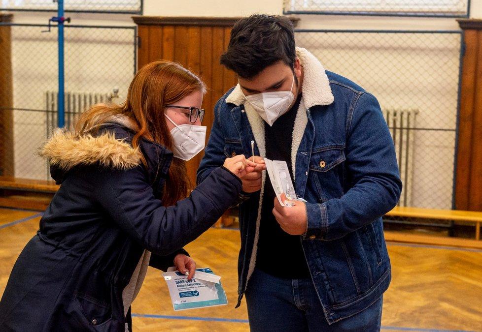 Žáci základní školy Chabařovice na Ústecku si provádí v tělocvičně školy testy na koronavirus. Vláda rozhodla, že žáci prvního stupně základních škol se od tohoto dne vrátí do lavic v rotační formě, ve školách jich je jen polovina (12. 4. 2021).