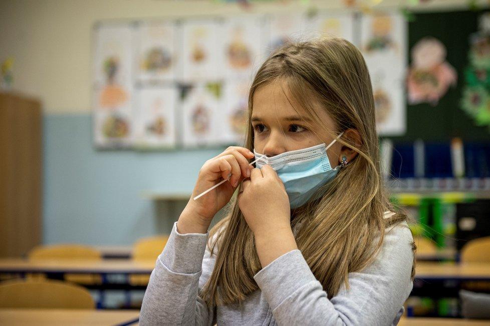 Žákyně si provádí odběr při testování na koronavirus v ZŠ Husova v Liberci, kam se vrátili školáci. Vláda rozhodla, že se od tohoto dne vrátí do lavic v rotační formě žáci prvního stupně základních škol, povinné je testování (12. 4. 2021).