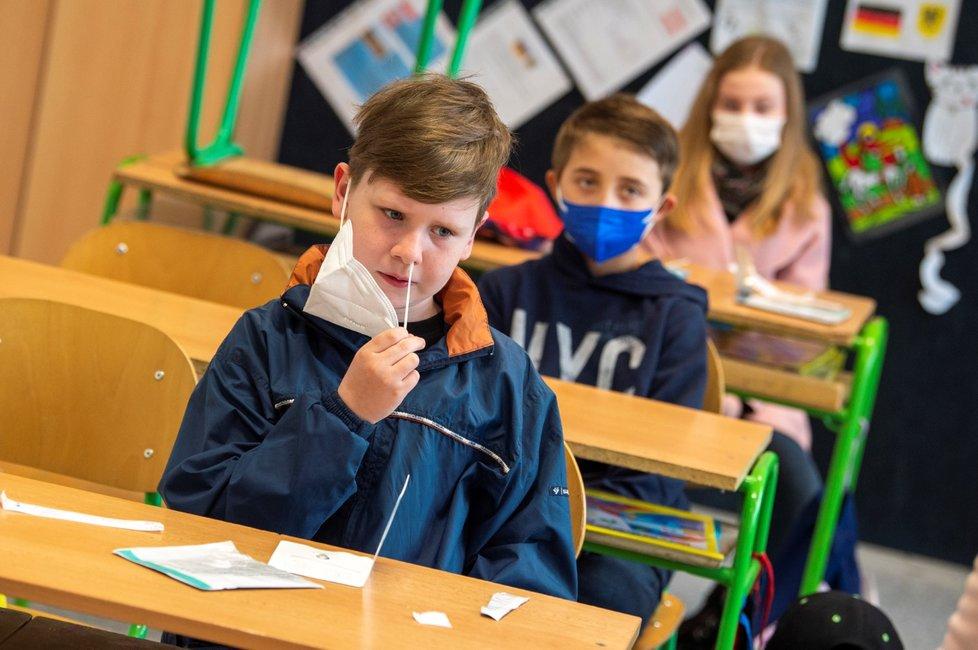 Do Základní školy bratranců Veverkových v Pardubicích se vrátili žáci prvního stupně (12. 4. 2021).