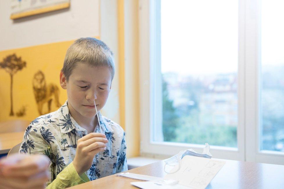 Žák si provádí odběr při testování na koronavirus v ZŠ Husova v Liberci, kam se vrátili školáci. Vláda rozhodla, že se od tohoto dne vrátí do lavic v rotační formě žáci prvního stupně základních škol, povinné je testování (12. 4. 2021).
