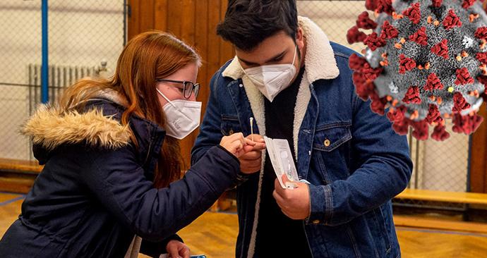 Žáci základní školy Chabařovice na Ústecku si provádí v tělocvičně školy testy na koronavirus. Vláda rozhodla, že žáci prvního stupně základních škol se od tohoto dne vrátí do lavic v rotační formě, ve školách jich je jen polovina (12. 4. 2021)