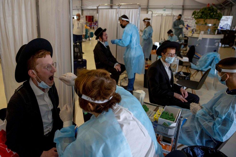 Testování cestujících na koronavirus na Mezinárodním letišti Bena Guriona u Tel Avivu (13. 4. 2021)