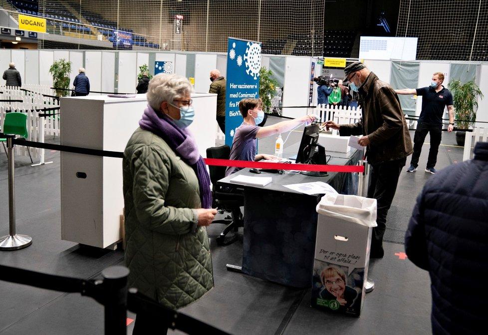 Na vakcinační centrum v dánském Roskilde se přišla podívat i tamní premiérka Mette Frederiksenová (12. 4. 2021)