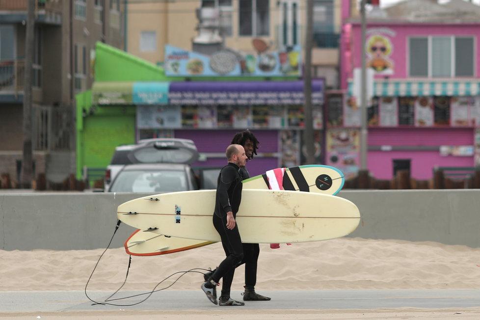 Na pláže v Los Angeles se pomalu vrací lidé (13.4.2021)