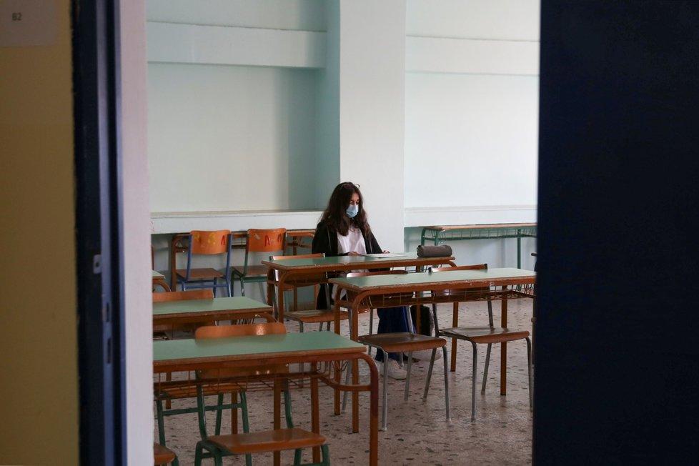 V Řecku se do lavic vrátili žáci a studenti. Snímek je ze školy na athénském předměstí (12. 4. 2021)