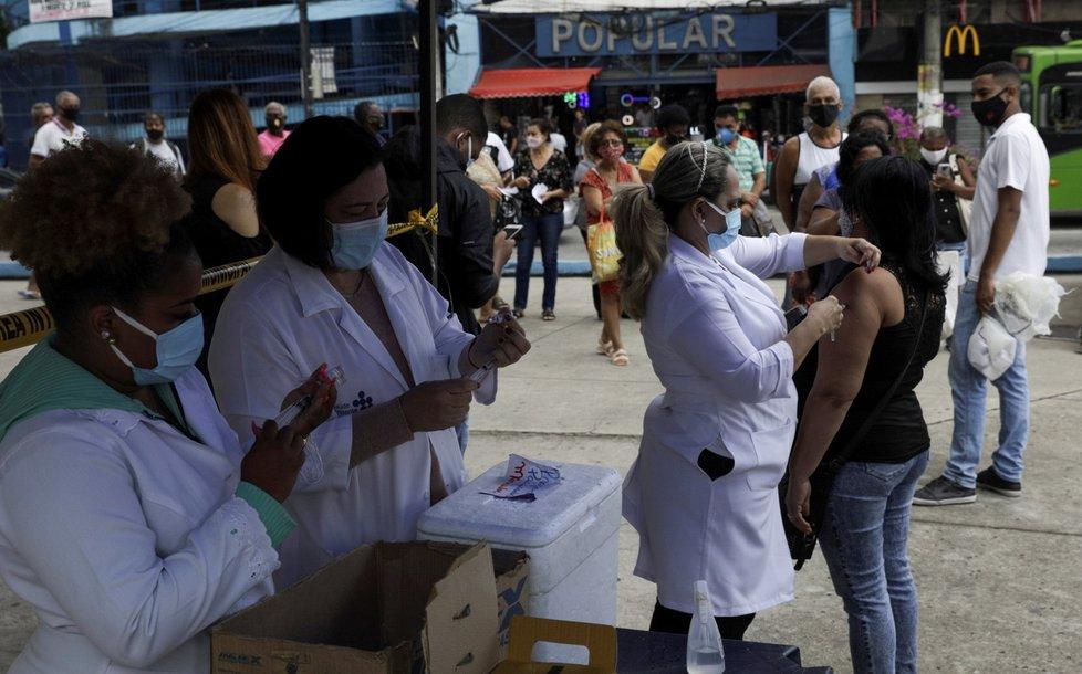 V Brazílii čekají lidé v dlouhých frotnách bez rozestupů na očkování