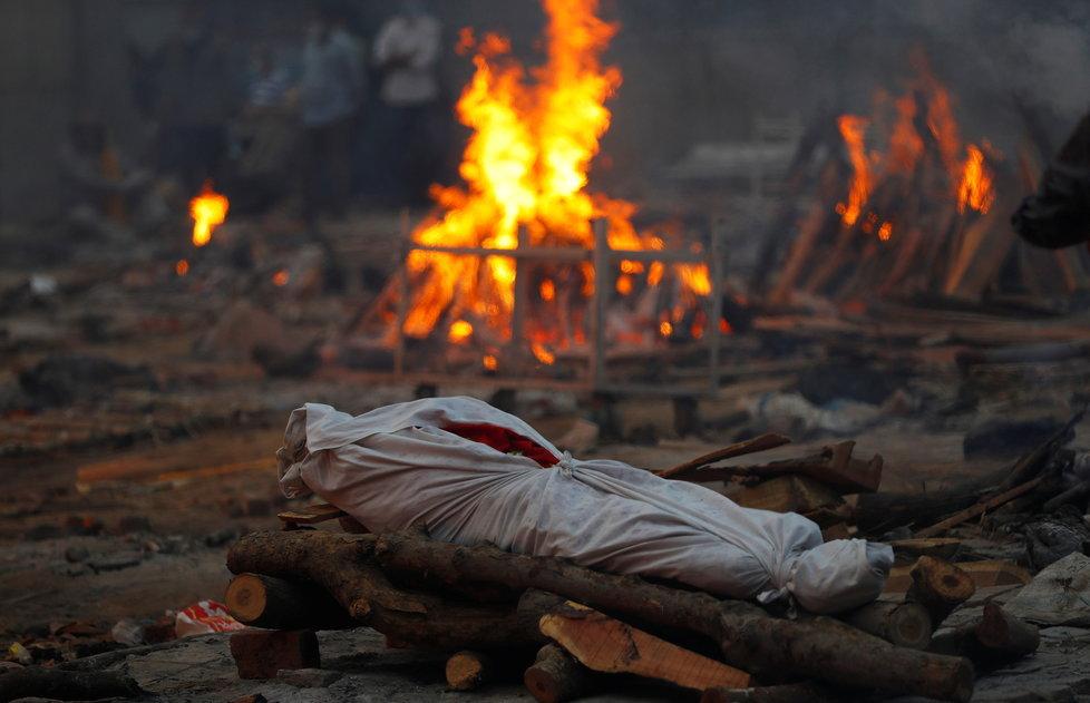 V Indii pokračuje zoufalství, úřady nestíhají pálit mrtvé (1.5.2021).
