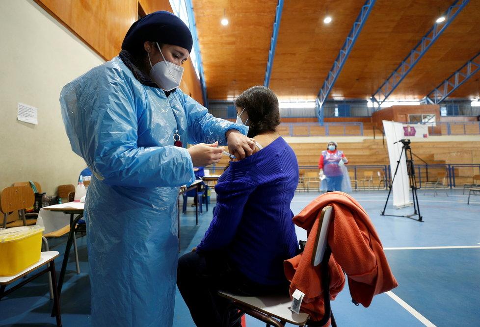 Očkování těhotné ženy v Chile (29.4.2021)