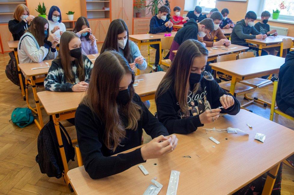 Děti a test na koronavirus 3. května 2021 v 6. Základní škole v Kolíně. Do tříd se k prezenční výuce vrátili žáci druhého stupně.