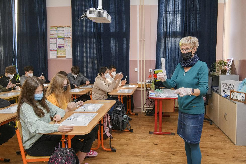 Návrat žáků do škol: Žáci 6. a 7. tříd se vrátili do lavic Masarykovy ZŠ v Plzni (3.5.2021).
