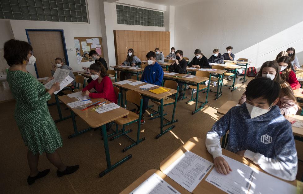 Školy v době covidu: Žáci 3. května 2021 na pražském gymnáziu Nad Štolou skládají přijímací zkoušky do čtyřletých maturitních oborů..
