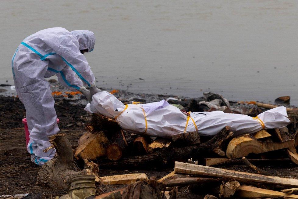 Kremace obětí koronaviru v Indii