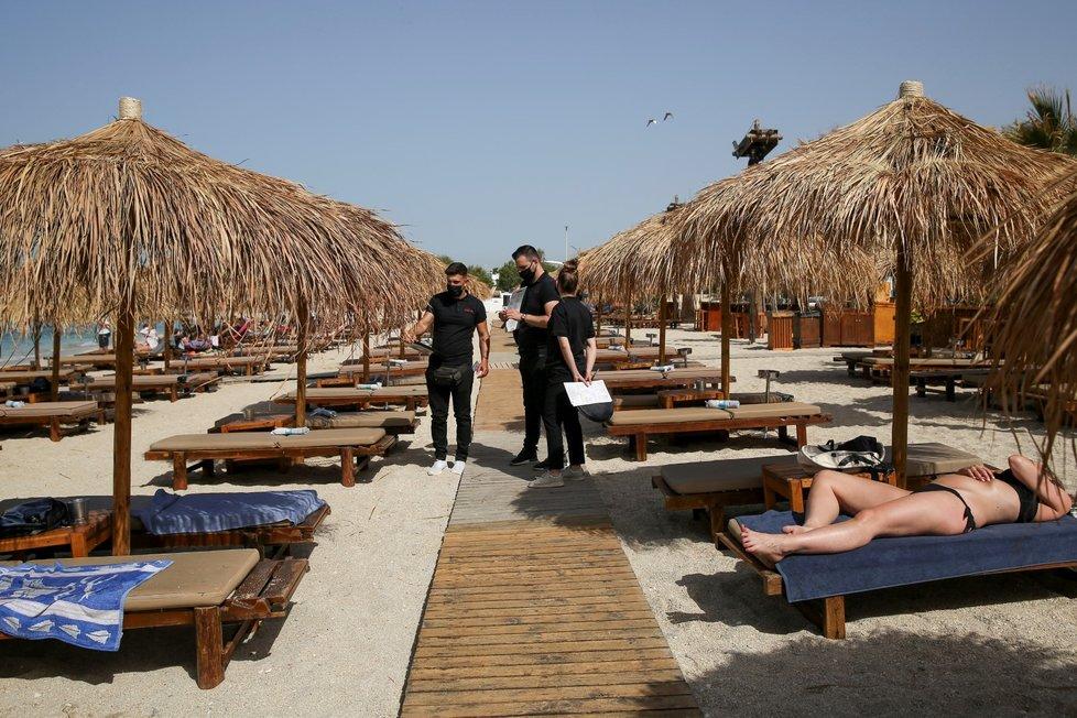 Řecko znovu otevřelo pláže, koronaviru navzdory (8. 5. 2021)