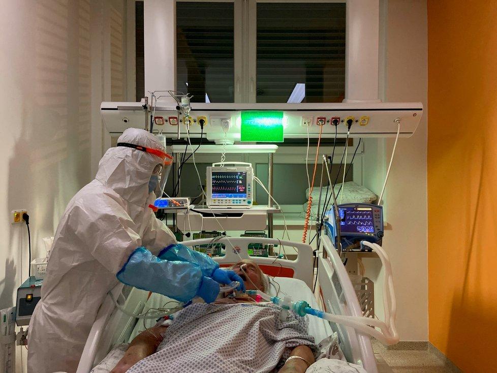 Koronavirus v Česku: Zdravotníci napnuli síly, na odměny ale nedosáhne každý.