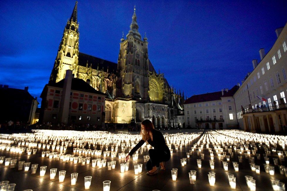 Při pietním aktu za oběti pandemie koronaviru bylo 10. května 2021 na nádvořích Pražského hradu zapáleno téměř 30 000 svíček.