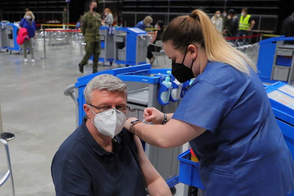 Očkování proti covid-19 už má za sebou také vicepremiér Karel Havlíček. První vakcínu dostal v národním očkovacím centru v Praze Vysočanech (14. 5. 2021)