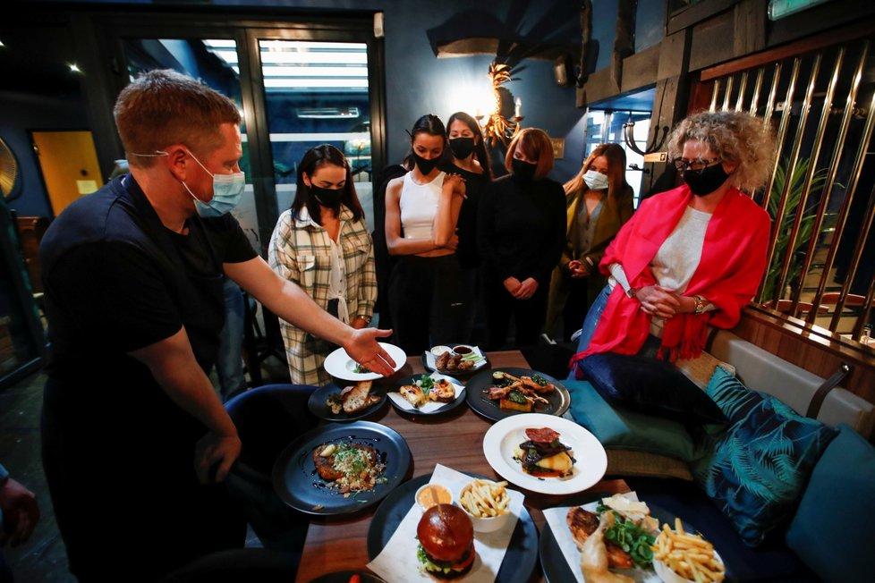 Britské restaurace se chystají na znovuotevření.
