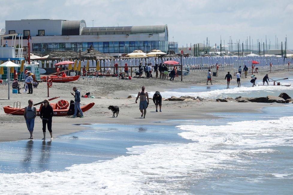 Italové si po uvolnění restrikcí užívají víkend na plážích.