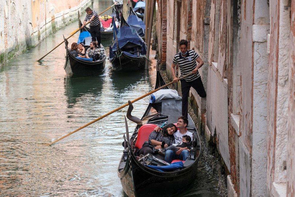 Do Benátek se vrací turisté.