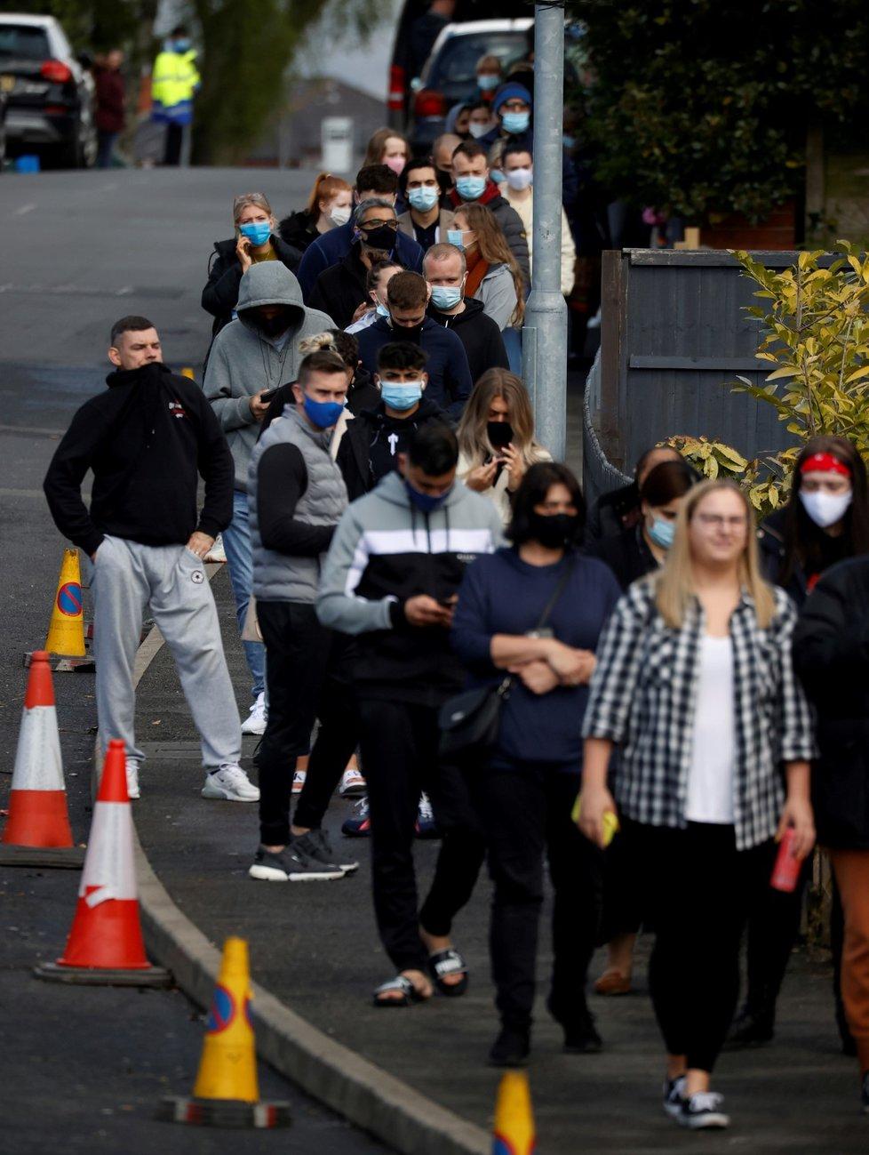 Fronta před očkovacím centrem v Boltonu.