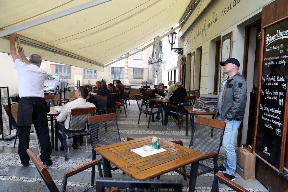 Lidé sedí na jedné z restauračních zahrádek v Praze, které se 17. května 2021 mohly otevřít po uvolnění protikoronavirových opatření.