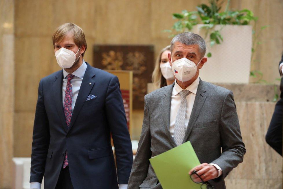 Staronový ministr zdravotnictví Adam Vojtěch (za ANO) a premiér Andrej Babiš (ANO) na tiskové konferenci po  znovuuvedení Vojtěcha do úřadu (26.5.2021)
