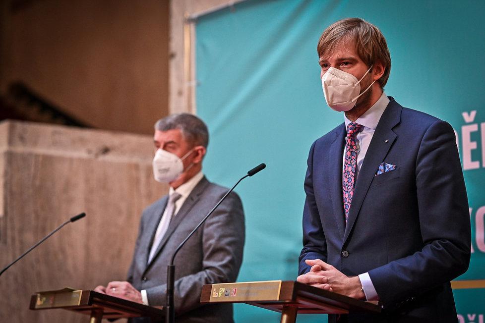 Ministerstvo zdravotnictví převzal po Petru Arenbergerovi staronový ministr Adam Vojtěch (oba za ANO) (26. 5. 2021)