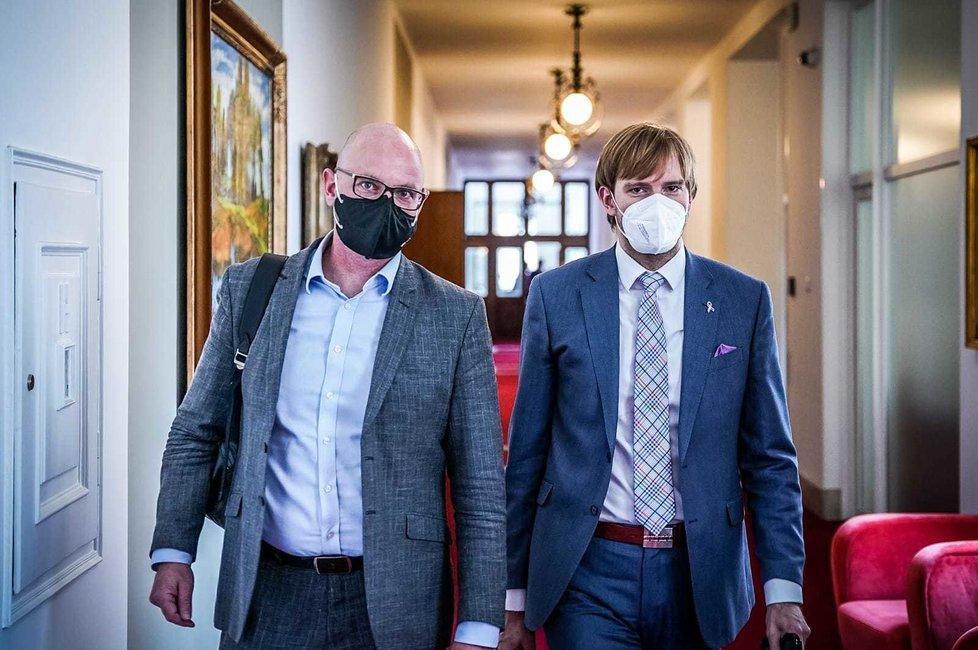 Ministr školství Robert Plaga (za ANO) a ministr zdravotnictví Adam Vojtěch (za ANO) před jednáním vlády. (31.5.2021)
