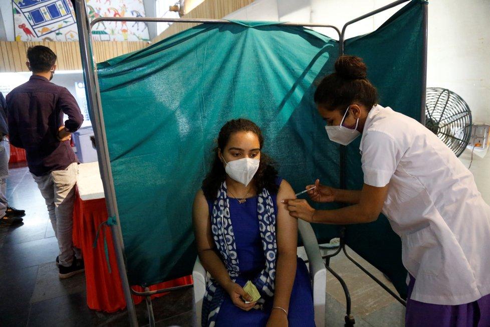 Indie očkuje místní obyvatele proti koronaviru vakcínou od AstraZeneky