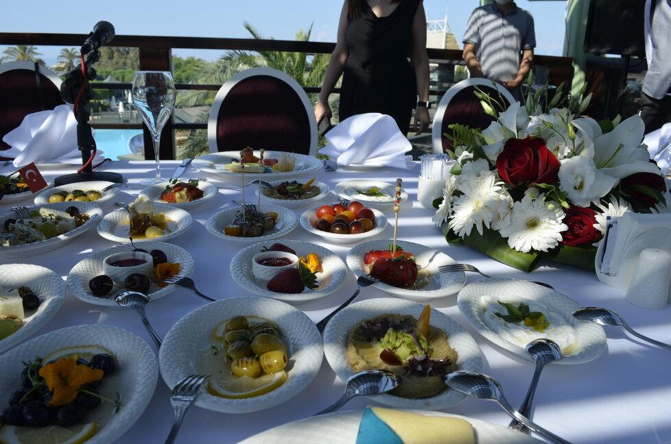 """Turci mají rádi plné stoly. Často se o jídlo """"dělí"""" všichni přítomní"""
