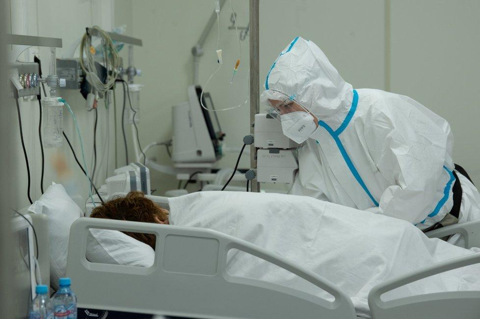Zimní stadion v Moskvě se přeměnil na polní nemocnici s covidovými pacienty (11. 6. 2021)