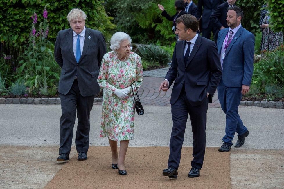 Summit G7: Zleva Boris Johnson, královna Alžběta II. a francouzský premiér Emmanuel Macron (11. 6. 2021)