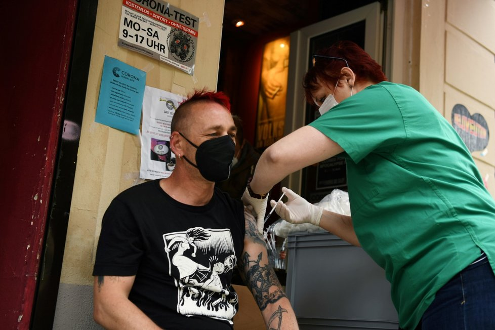 V Berlíně se lze nechat očkovat proti koronaviru i v baru (13. 6. 2021)