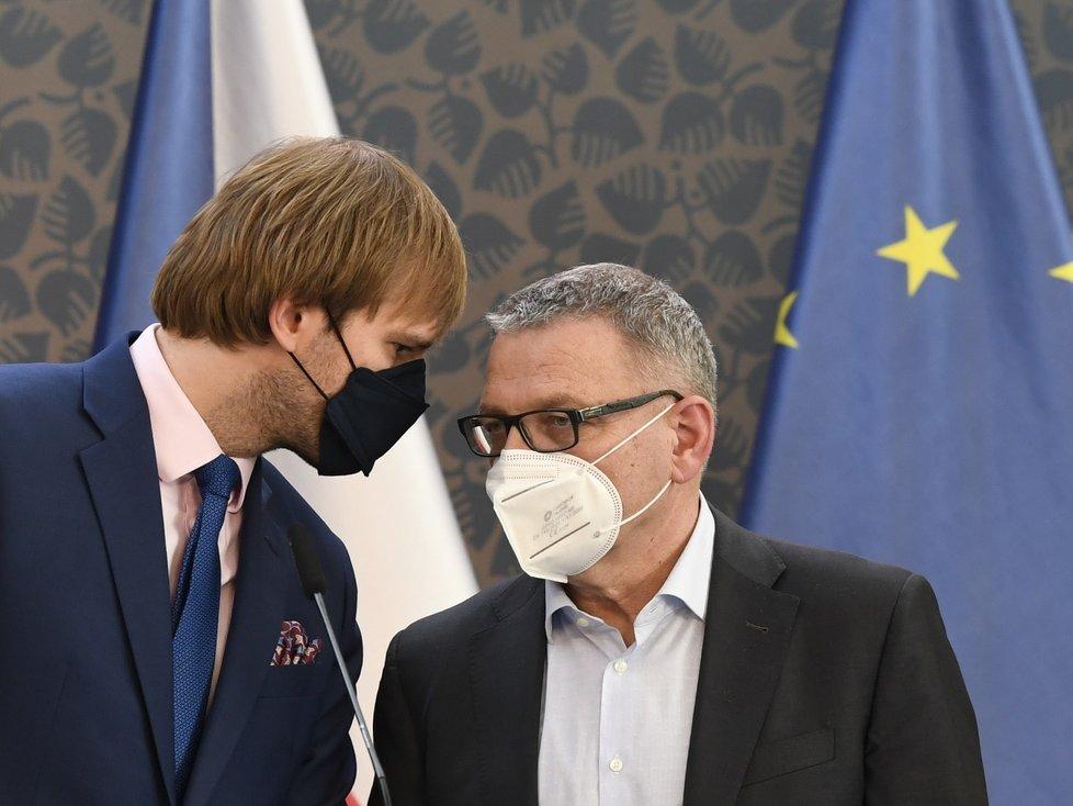 Zleva ministr zdravotnictví Adam Vojtěch a ministr kultury Lubomír Zaorálek vystoupili v Praze na tiskové konferenci po jednání vlády (14. 6. 2021)