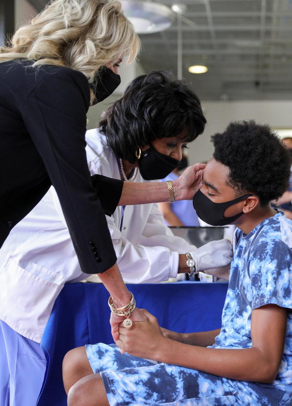 Koronavirus v USA: První dáma Jill Bidenová na návštěvě v očkovacím centru.
