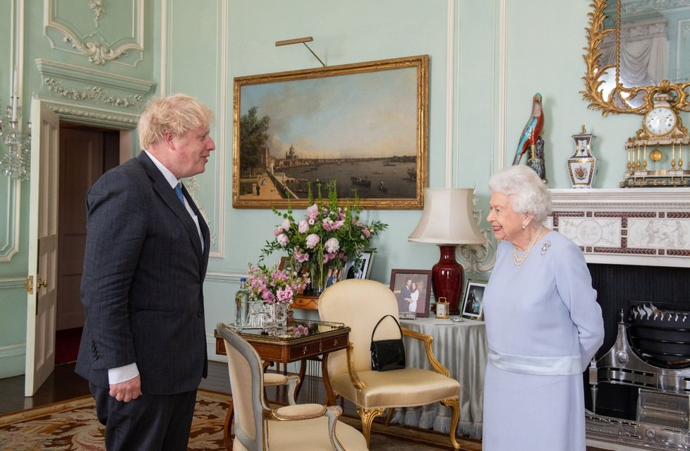 Královna Alžběta II. se sešla s premiérem Borisem Johnsonem.