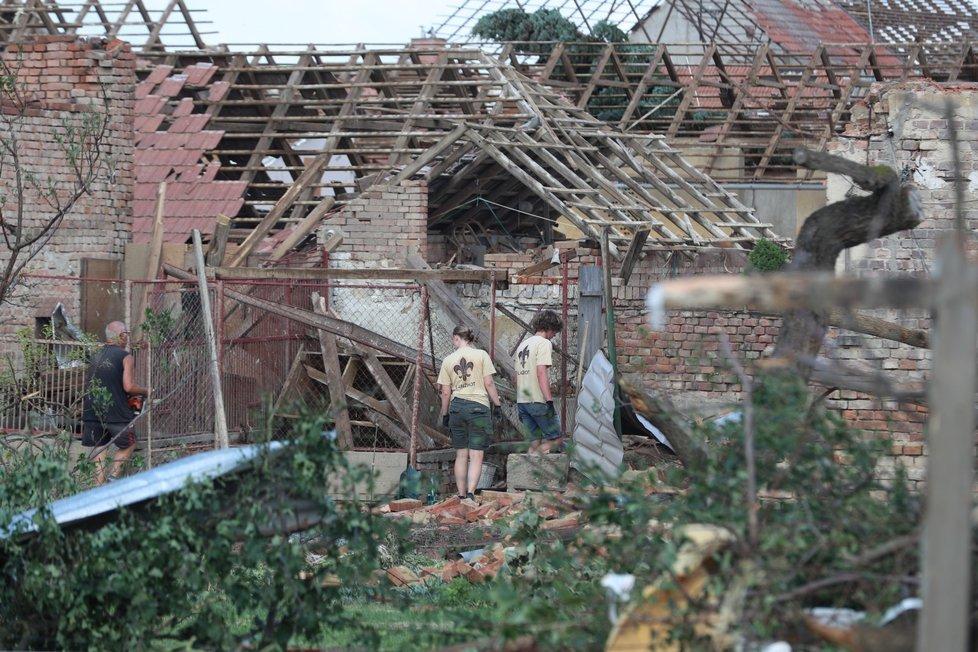 Lidé odklízejí následky ničivého tornáda, které se 24. června 2021 večer prohnalo Hodonínskem. (foceno 25. června 2021 dopoledne)