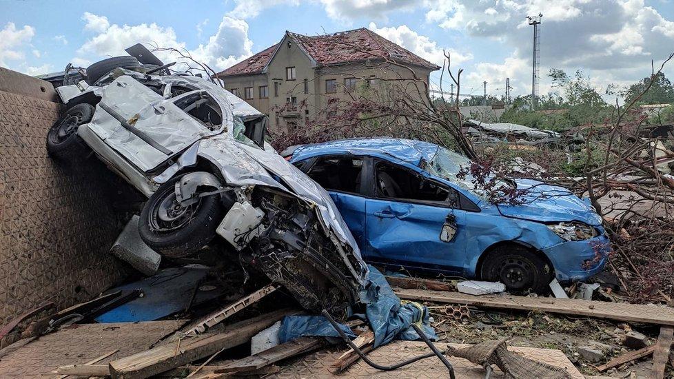 Tornádem poničené Lužice v pátek 25. června ráno. Lidé s hrůzou sledují, co přírodní živel napáchal.