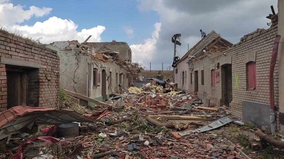 Tornádem poničené Mikulčice v pátek 25. června ráno. Lidé s hrůzou sledují, co přírodní živel napáchal.