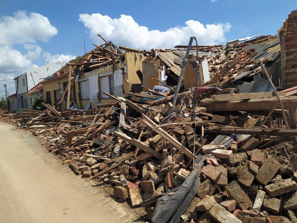 Tornádem poničená obec Hrušky v pátek 25. června 2021. Lidé s hrůzou sledují, co přírodní živel napáchal. Začínají odklízet trosky a počítat škody.