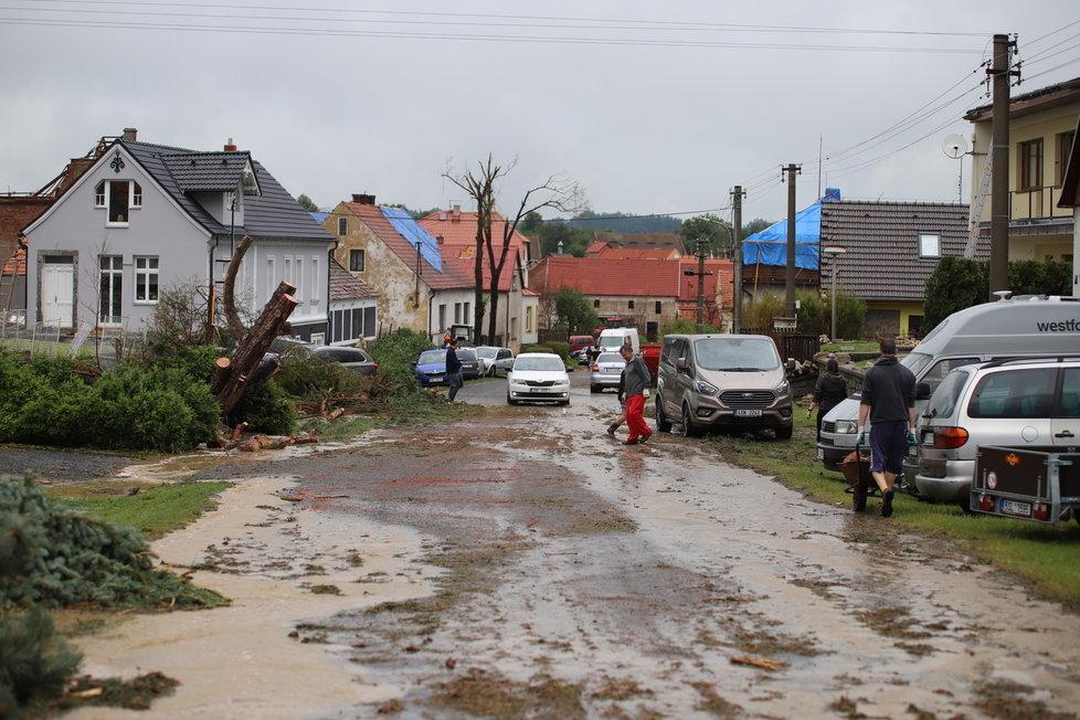 Silná bouře poničila také obec Stebno na Lounsku.