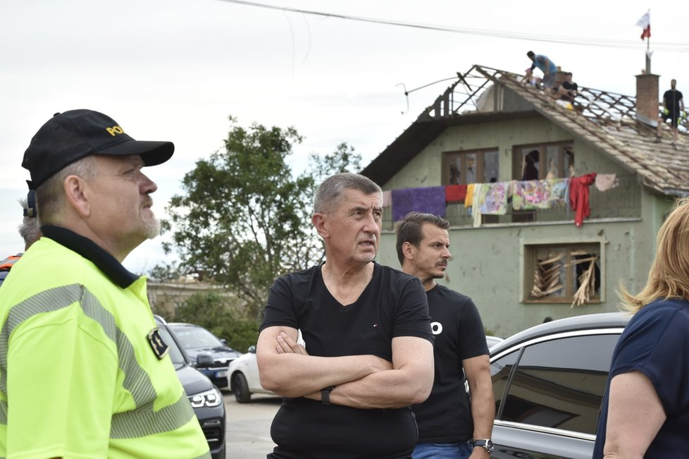 Premiér Andrej Babiš v Moravské Nové Vsi, kterou poničilo tornádo.